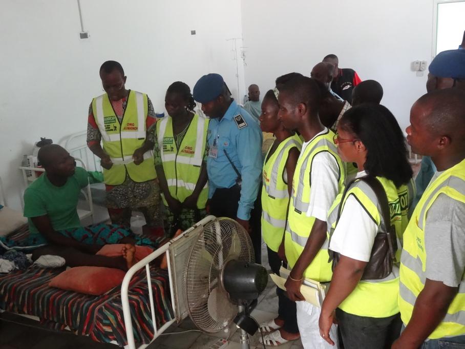 Remise de chèque aux accidentés au Service des Urgences du CNHU Hubert MAGA lors de la JMSVR 2014 (2).JPG